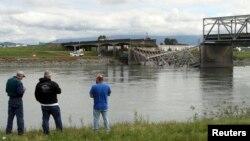 Puente sobre el río Skagit que colapsó luego del paso de un camión, según reporte de las autoridades.