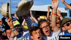 Des jeunes fête l'arrivée du pape François lors de la Journée Mondiale de la Jeunesse, en Pologne, le 30 juillet 2016.