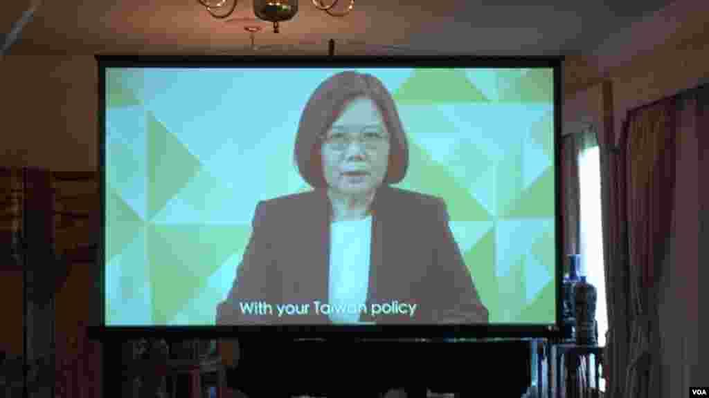 总统当选人蔡英文对酒会宾客发表视讯讲话(美国之音钟辰芳拍摄)