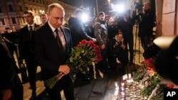 Presiden Rusia, Vladimir Putin, kiri, meletakkan bunga di tempat dekat stasiun kereta bawah tanah Tekhnologichesky Institut di St. Petersburg, Rusia, hari Senin, 3 April 2017 (foto: AP Photo/Dmitri Lovetsky)