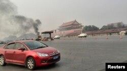 Khói bốc lên từ Quảng trường Thiên An Môn tại Bắc Kinh, ngày 28/10/2013.
