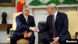 El presidente Donald Trump saluda al primer ministro de Hungría, Viktor Orban, en la Oficina Oval en la Casa Blanca, en Washington, el lunes, 13 de mayo de 2019.
