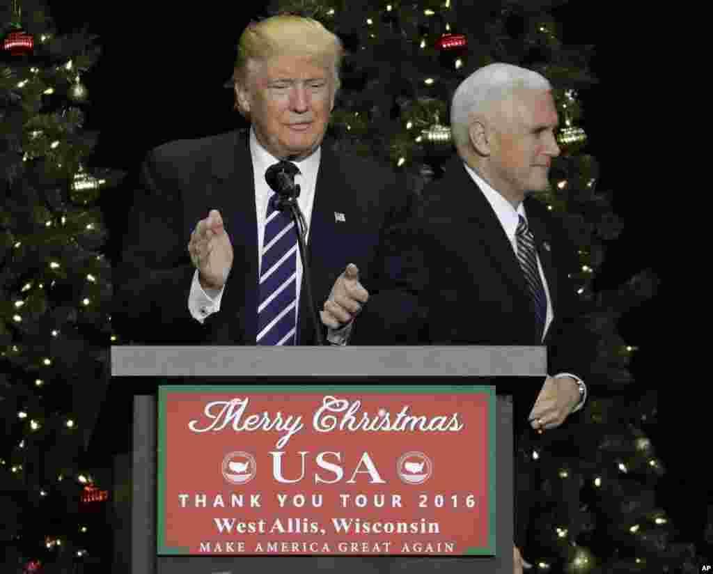 دونالد ترامپ در کنار مایک پنس معاون او.