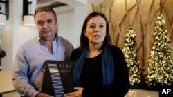 Amerigo Incalcaterra y Sofia Macher, miembros del Grupo Interdisciplinario de Expertos Independientes (GIEI) en una rueda de prensa con periodistas antes de salir de su hotel después de la decisión del gobierno de Nicaragua de expulsar al grupo del país.