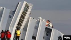 Regu penyelamat menghentikan pencarian korban saat kapal pesiar Costa Concordia yang oleng perlahan-lahan tenggelam di dekat pulau Tuscan wilayah Giglio, Italia (18/1).