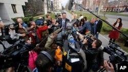 Premijer Srbije Aleksandar Vučić okružen novinarima (arhivski snimak)