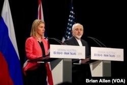 Ketua kebijakan luar negeri Uni Eropa Federica Mogherini dan Menteri Luar Negeri Iran Mohammad Javad Zarif mengumumkan kesepakatan bersejarah untuk membatasi program nuklir Iran dengan imbalan keringanan sanksi internasional di Vienna, Austria, 14 Juli 2015.
