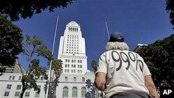 图为一名来自俄亥俄州的抗议者10月27日在洛杉矶市政厅外