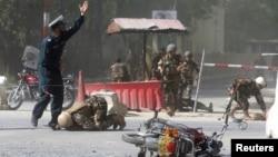 Les forces de sécurité afghanes sont vues sur le site d'une deuxième explosion à Kaboul, en Afghanistan, le 30 avril 2018.