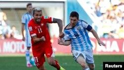 Valon Behrami của Thụy Sĩ tranh bóng với Lionel Messi của Argentina ở trận đấu vòng hai của World Cup 2014, trên sân Corinthians, Sao Paulo, ngày 1/7/2014.