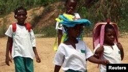 Des élèves sur le chemin de l'école à Bata, en Guinée-Equatoriale, le 17 janvier 2012.