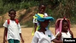 Des élèves marchent après la classe, à Bata, Guinée-équatoriale, le 17 janvier 2012.