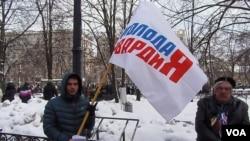 """""""青年近卫军""""的一名成员在今年年初莫斯科市中心的支持政府集会上。(美国之音白桦)"""