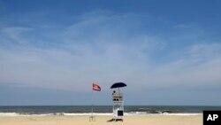 La bandera roja en las playas de Nags Head, Carolina del Norte, advierte en contra de ingresar al agua.