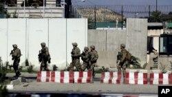 Quân đội Mỹ canh gác bên ngoài một doanh trại ở Kabul, Afghanistan, ngày 26/9/2014.