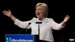 Hillary Clinton abaye umupfasoni wa mbere aserukiye umugambwe ukomeye muri USA