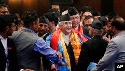 尼泊尔总理奥利(中)在加德满都与内阁成员交谈。(2015年10月11日)