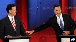 បេក្ខជនប្រធានាធិបតីអតីតអភិបាលរដ្ឋ Massachusettsលោក Mitt Romney ឈោងប៉ះអតីតសមាជិកព្រឹទ្ធសភារដ្ឋ Pennsylvania លោក Rick Santorum ក្នុងអំឡុងពេលនៃការជជែកដេញដោលកាលពីថ្ងៃច័ន្ទ ទី២៣ ខែមករា នៅសកលវិទ្យាល័យ South Florida ក្នុងទីក្រុង