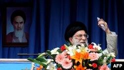 Lãnh tụ tối cao Iran Ayatollah Ali Khamenei phát biểu tại tỉnh Kermanshah ở miền tây Iran, ngày 15 tháng 10, 2011.