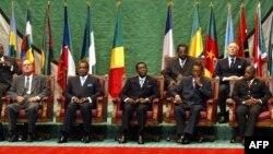 Président Jacques Chirac ya France (D) alandani na président Denis Sassou N'Guessou ya Congo-Brazzaville, elongo na Joseph Kabila mokonzi ya RDC na bakonzi basusu ya Afrika na na bokutani ya COMIFAC na Brazzaville, 4 février 2005.