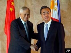 菲律宾外长德尔罗萨里奥迎接到访的中国外长王毅。
