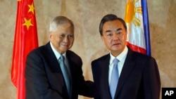 Bộ trưởng Ngoại giao Philippines Albert del Rosario và Ngoại trưởng Trung Quốc Vương Nghị gặp nhau tại Pasay City, phía nam Manila, ngày 10/11/2015.