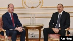 """İlham Əliyev və """"Airbus"""" şirkətinin vitse-prezidenti Nikolya Şamosin"""
