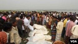 Warga Bangladesh siap memakamkan para korban kecelakaan feri di Bangladesh selatan (14/3).