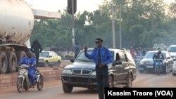 Un agent de la circulation routière dirige les véhicules à Bamako. (Photo: Kassim Traore/VOA)