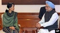 Aung San Suu Kyi (kiri) berbicara dengan PM Manmohan Singh dalam kunjungannya di New Delhi, India hari Rabu (14/11).