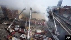 Những cuộn khói khổng lồ bốc lên từ đống đổ nát cháy đen của tòa nhà ở góc đường 116 và Đại lộ Park Ave trong khu Đông Harlem ở New York, ngày 12/3/2014.
