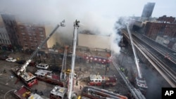 3月12日紐約兩座建築物發生爆炸後消防隊員在滅火
