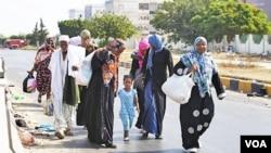 Warga Libya mengungsi dari pusat kota Tripoli untuk menghindari kemungkinan bentrokan pemberontak dan pendukung Gaddafi (26/8).