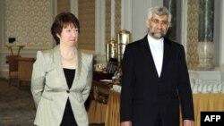 Ủy viên đặc trách chính sách đối ngoại của EU Catherine Ashton (trái) và trưởng đoàn thương thuyết hạt nhân của Iran Saeed Jalili dự hội nghị tại Istanbul