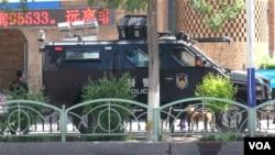 特警车辆在新疆街头(资料图,美国之音东方拍摄)