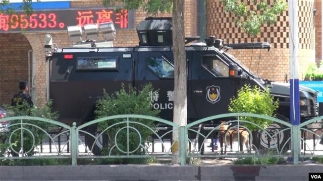 中国进入全民反恐模式 暴恐事件高发区的新疆提高警戒级别 (美国之音东方拍摄 2014年6月10日)