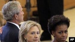 سابق صدر جارج بش، وزیر خارجہ ہلری کلنٹن، اور خاتون اول مشیل اوباما کیلیفورنیا میں بیٹی فورڈ کی جنازہ تقریب میں شریک ہیں۔