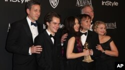 "John Sloss, Ellar Coltrane, Lorelei Linklater, Richard Linklater, Jonathan Sehring, y Cathleen Sutherland recibieron el premio por ""Boyhood""."