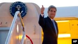 Ngoại trưởng Kerry lên máy bay đến La Havana, Cuba, hôm 14/8/2015.