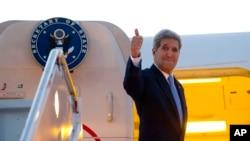 美国国务卿克里登上飞机准备前往古巴(2015年8月14日)