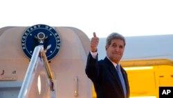 រដ្ឋមន្រ្តីការបរទេសអាមេរិកលោក John Kerry ឲ្យមេដៃនៅខណៈដែលលោកឡើងយន្តហោះនៅមូលដ្ឋានទ័ពអាកាស Andrews សម្រាប់ដំណើរហោះហើរនៅកាន់ក្រុងឡាហាវ៉ាន ប្រទេសគុយបា។