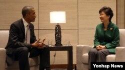 바락 오바마 미국 대통령(왼쪽)과 박근혜 한국 대통령이 11일 중국 베이징 외곽 옌치후의 '국가회의센터'에서 열린 정상회담에서 환담하고 있다.