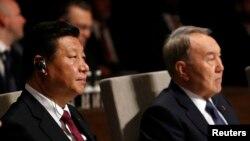 2014年3月24日中国国家主席习近平(左)与哈萨克斯坦总统纳扎尔巴耶在海牙夫出席核安全峰会(NSS)开幕式(资料照片)