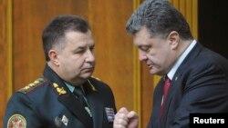 Pejabat keamanan Ukraina Stepan Poltorak (kiri) berbicara dengan Presiden Petro Poroshenko di Kyiv (foto: dok).