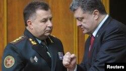乌克兰国民警卫队负责人斯捷潘.波尔托拉克(左)和波罗申科交谈