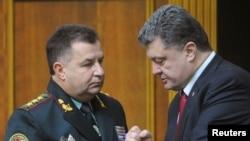스테판 폴토락 우크라이나 심임국방장관(왼쪽)이 14일 의회에서 페트로 포로센코 우크라이나 대통령과 대화하고 있다.