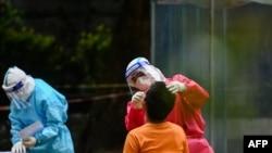 ကိုဗစ္ေရာဂါ ရွိ၊ မရွိ စစ္ေဆးေနတဲ့ က်န္းမာေရးဝန္ထမ္းတဦးကို ရန္ကုန္ၿမိဳ႕ရွိ Quarantine စင္တာ တခုမွာ ေတြ႔ရ။ (ေအာက္တိုဘာ ၁၆၊ ၂၀၂၀)