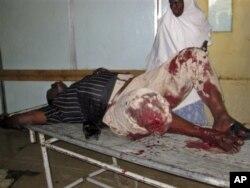 Une infirmière traitant un blessé de l'attaque contre l'hôtel Muna