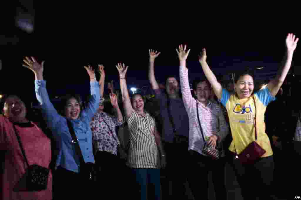 태국 치앙라이 매사이 지구 탐루엉 동굴 인근에서 구조를 돕던 자원봉사자들이 동굴에 고립됐던 12명의 유소년 축구팀과 감독이 모두 무사히 구조된 후 기뻐하고 있다.