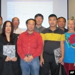 洛杉磯人士響應陳維明(左二)民主女神贈中國運動